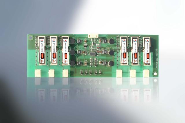 康鴻公司在研發驅動不同 CCFL 燈管的壓電 INVERTER 中,積累了大量的經驗。在壓電 INVERTER 的設計技術,壓電陶瓷變壓器驅動 IC 、大功率多燈技術等方面均處於國際領先水平。壓電陶瓷變壓器驅動 IC 和壓電陶瓷變壓器的設計生産能力爲康鴻 INVERTER 的設計提供了強有力的支援。 康鴻可提供驅動單燈及多燈壓電 INVERTER ,他們可廣泛的應用於 20~30 英寸的液晶電視,平板電腦,工業、醫療顯示器,筆記本電腦, PDA, 便攜可視設備,液晶顯示器等。